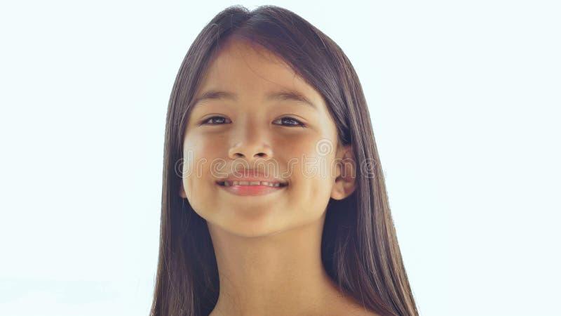 Presentación filipina encantadora de la colegiala Primer de la cara en la naturaleza blanca del fondo Verano foto de archivo