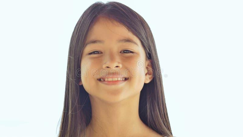 Presentación filipina encantadora de la colegiala Primer de la cara en la naturaleza blanca del fondo Verano fotos de archivo
