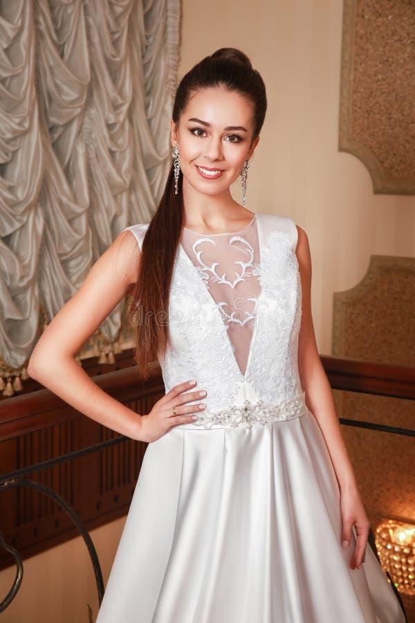 Presentación hermosa joven de la novia de la moda foto de archivo libre de regalías