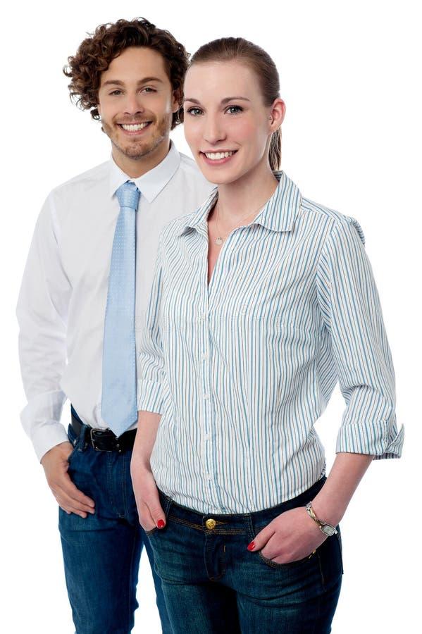 Presentación joven de dos ejecutivos de operaciones imagen de archivo
