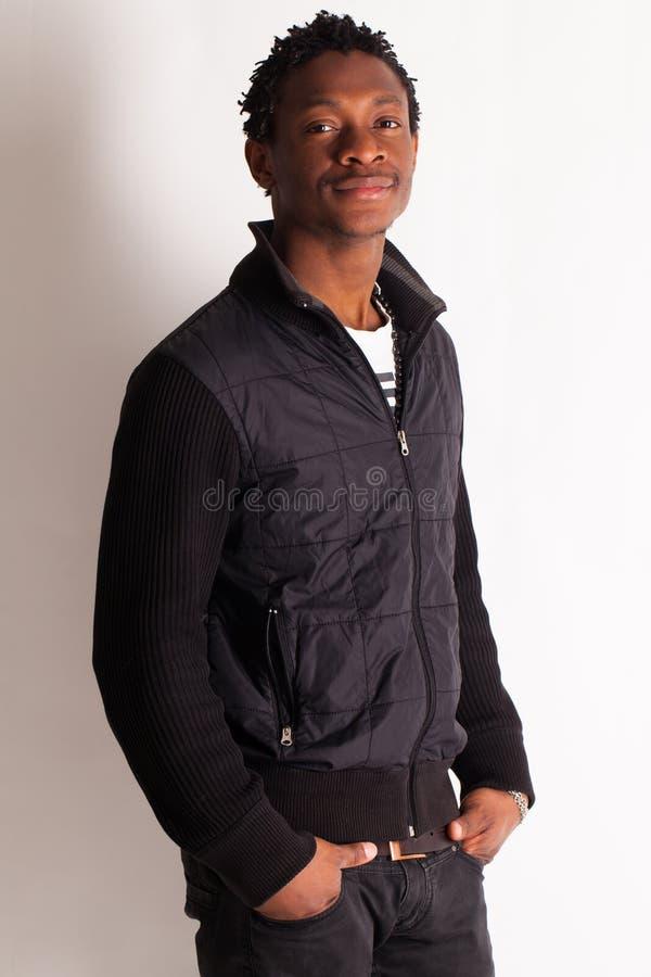 Presentación joven hermosa del hombre negro fotografía de archivo