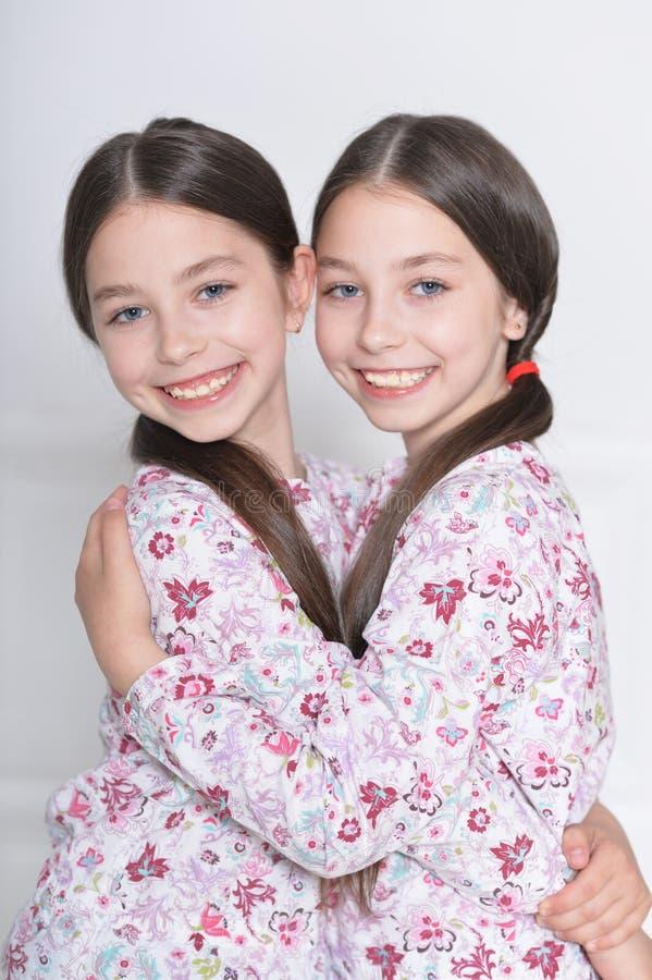 Presentación linda de las niñas imagen de archivo