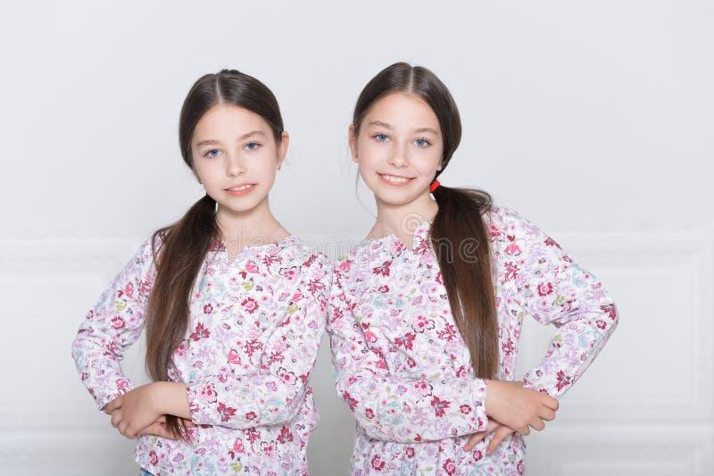 Presentación linda de las niñas imágenes de archivo libres de regalías