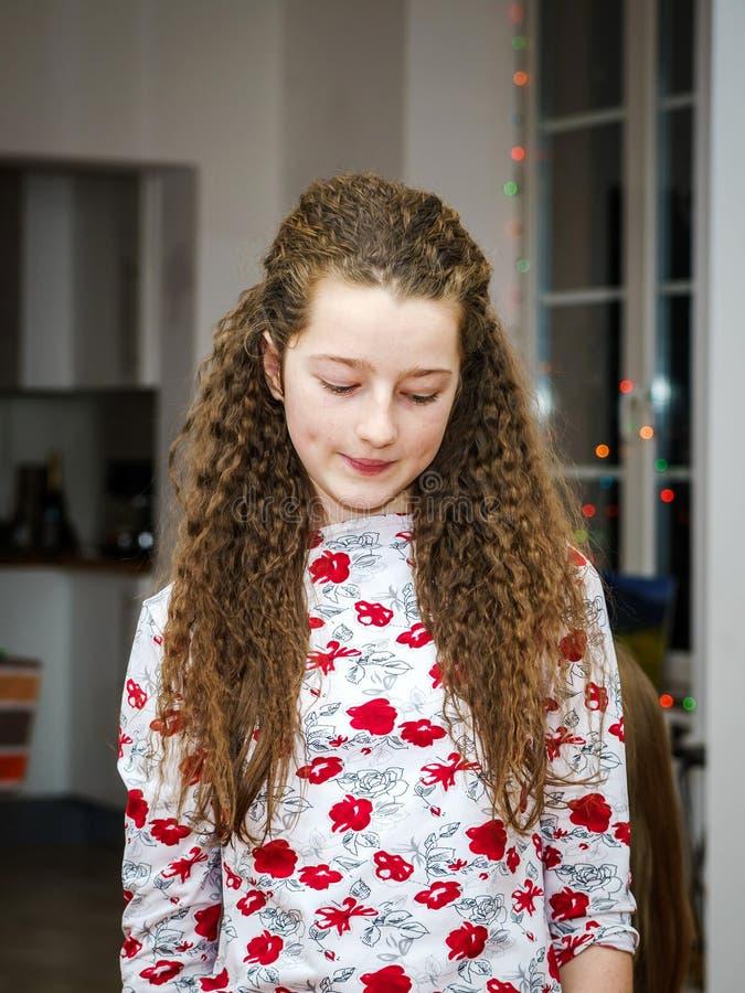Presentación linda del adolescente interior fotografía de archivo libre de regalías