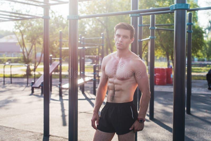 Presentación masculina del modelo de la aptitud muscular descamisada demostrando seis paquetes del ABS fotos de archivo libres de regalías