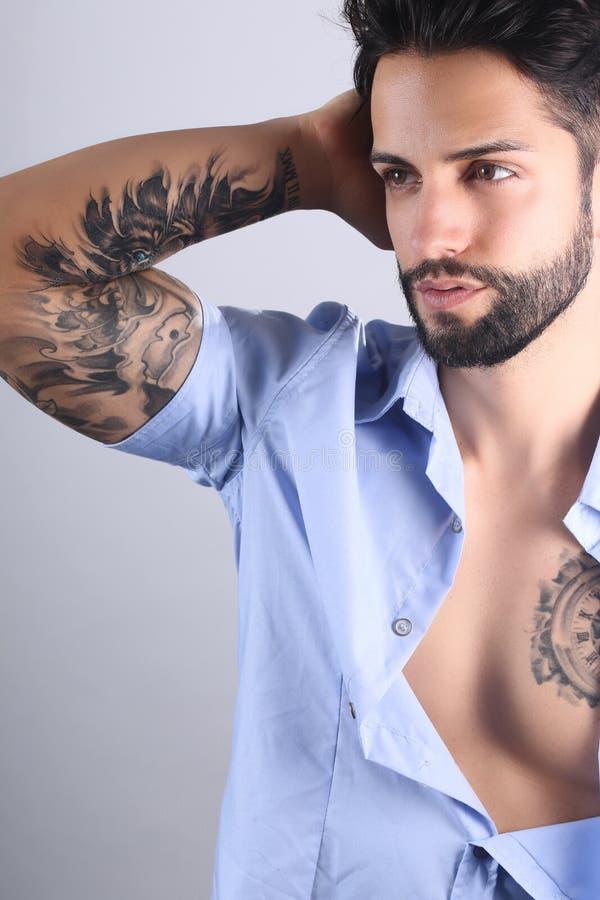 Presentación masculina tatuada atractiva foto de archivo