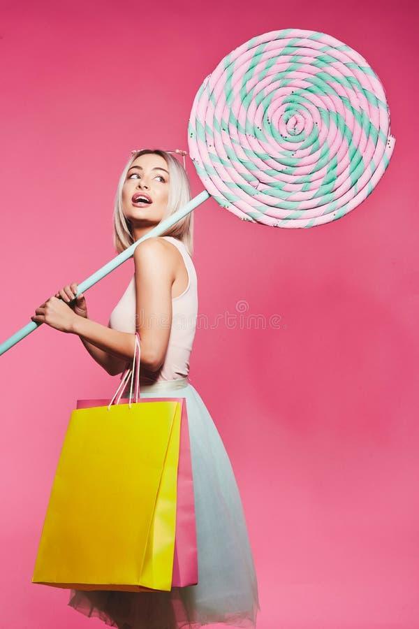 Presentación modelo con con los dulces y los panieres imagenes de archivo