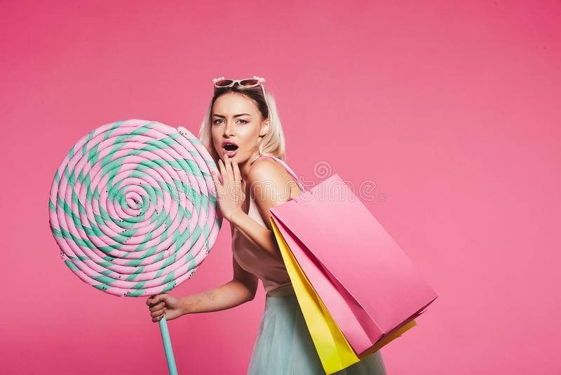 Presentación modelo con con los dulces y los panieres foto de archivo libre de regalías