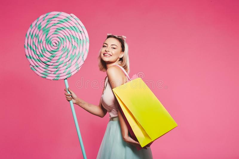 Presentación modelo con con los dulces y los panieres imágenes de archivo libres de regalías