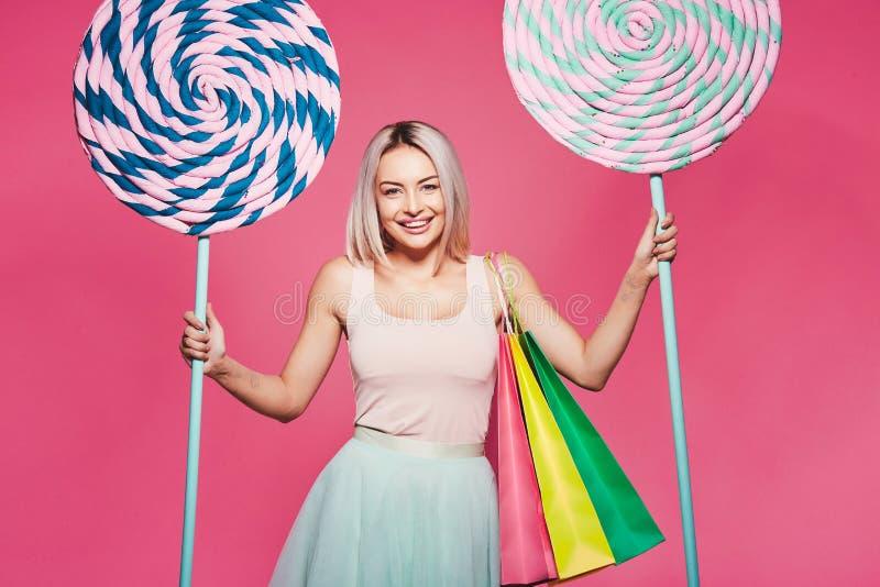 Presentación modelo con con los dulces y los panieres fotografía de archivo