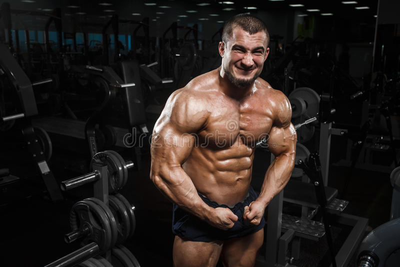 Presentación modelo de la aptitud atlética muscular del culturista fotografía de archivo libre de regalías