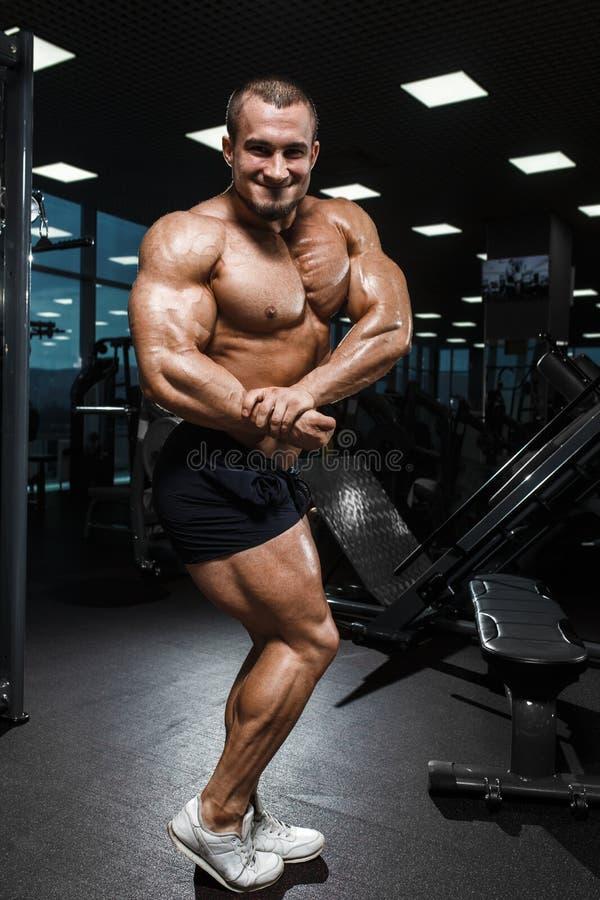 Presentación modelo de la aptitud atlética muscular del culturista foto de archivo