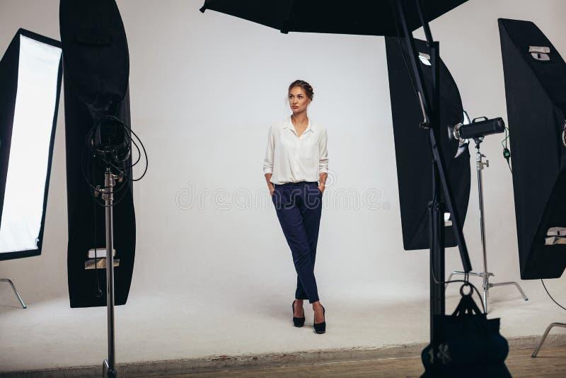 Presentación modelo de la mujer femenina hermosa del negocio en el estudio en el li imagen de archivo