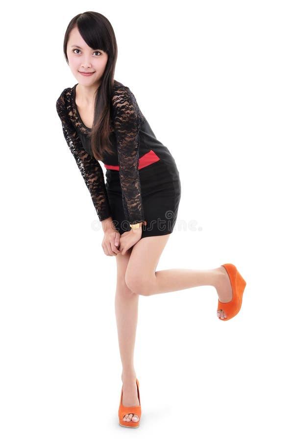Presentación modelo de la mujer hermosa en vestido elegante imagen de archivo