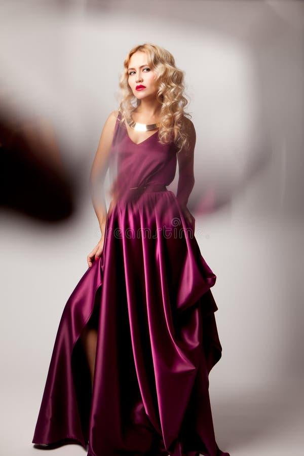 Presentación modelo de la mujer hermosa en vestido elegante imagen de archivo libre de regalías