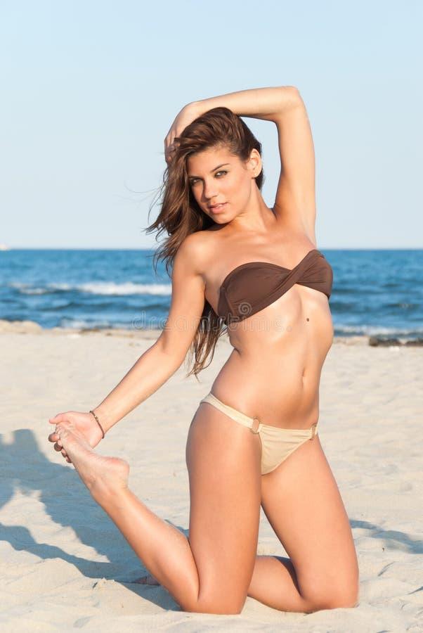 Presentación modelo del bikini hermoso en la playa imagen de archivo libre de regalías
