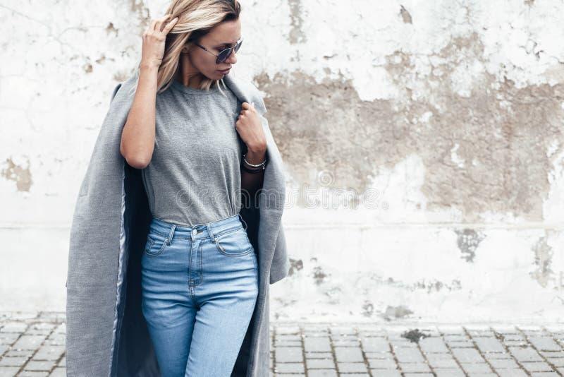 Presentación modelo en camiseta llana contra la pared de la calle imagen de archivo