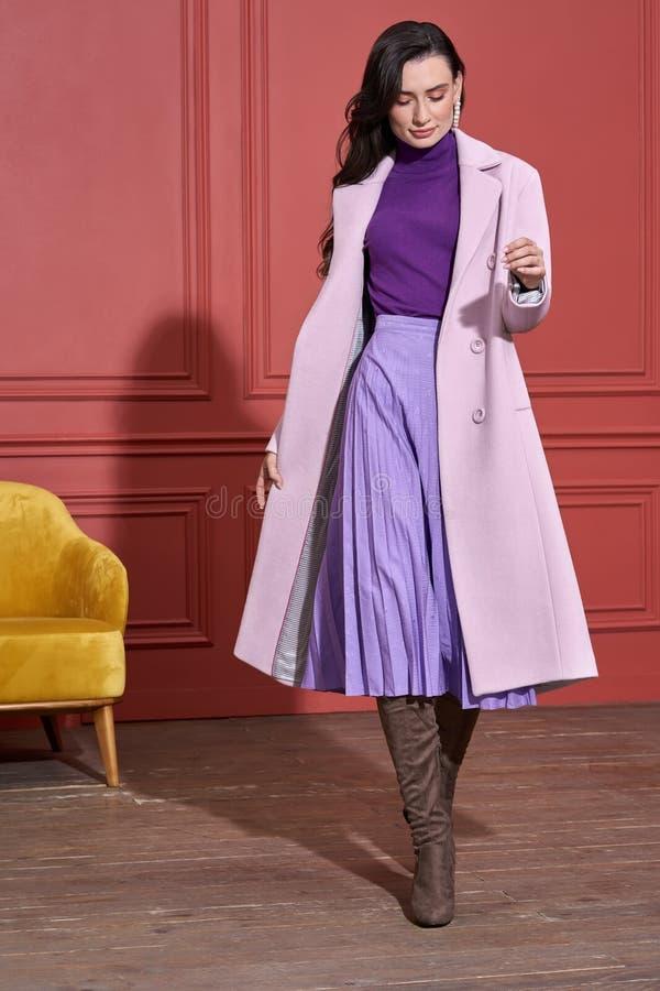 Presentación modelo en estudio en ropa de moda imagen de archivo libre de regalías