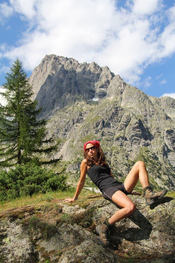 Presentación modelo en una piedra en un bosque de la montaña imagen de archivo