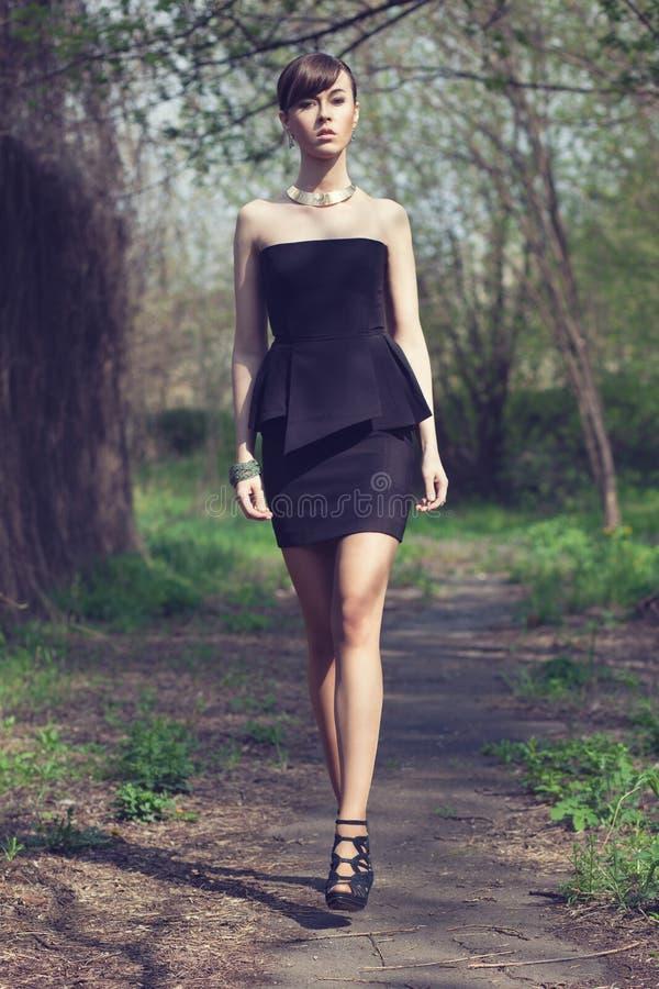 Presentación modelo en vestido negro corto fotos de archivo libres de regalías