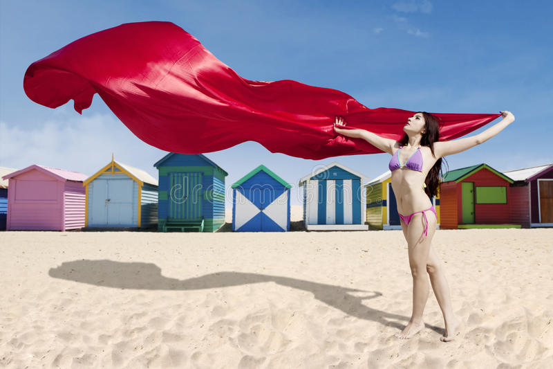 Presentación modelo hermosa con la tela roja fotografía de archivo libre de regalías