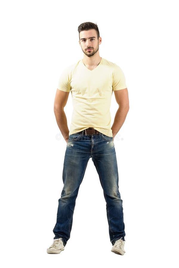 Presentación modelo masculina hispánica confiada seria imágenes de archivo libres de regalías