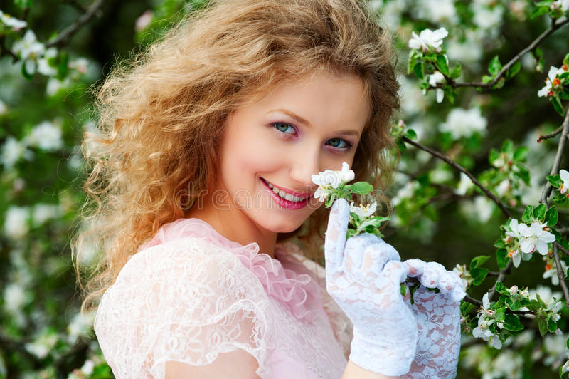 Presentación modelo sonriente en las flores blancas foto de archivo libre de regalías