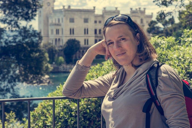 Presentación morena atractiva delante del castillo de Miramare fotografía de archivo libre de regalías