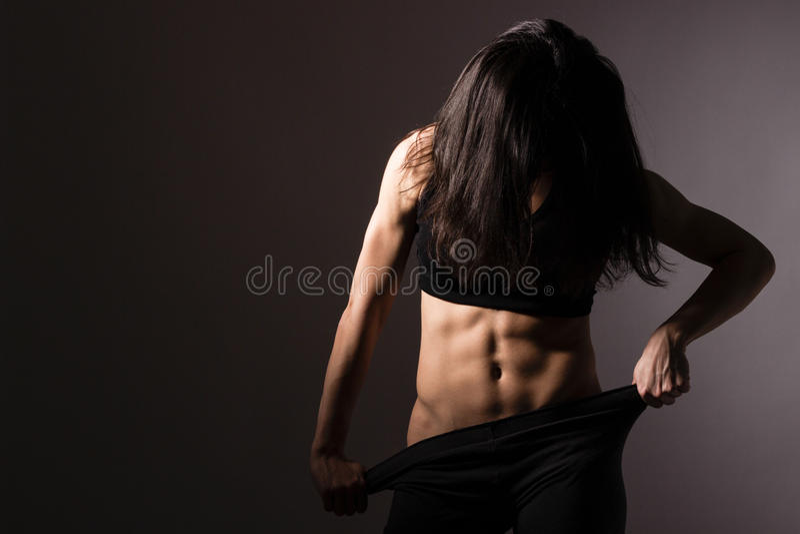 Presentación muscular de la mujer del ajuste foto de archivo libre de regalías