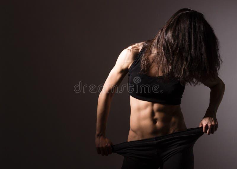 Presentación muscular de la mujer del ajuste imágenes de archivo libres de regalías