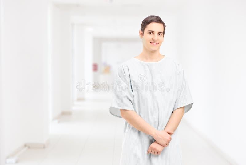 Presentación paciente masculina en un pasillo del hospital fotografía de archivo libre de regalías