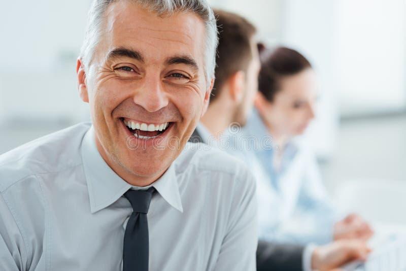 Presentación sonriente confiada del hombre de negocios foto de archivo libre de regalías