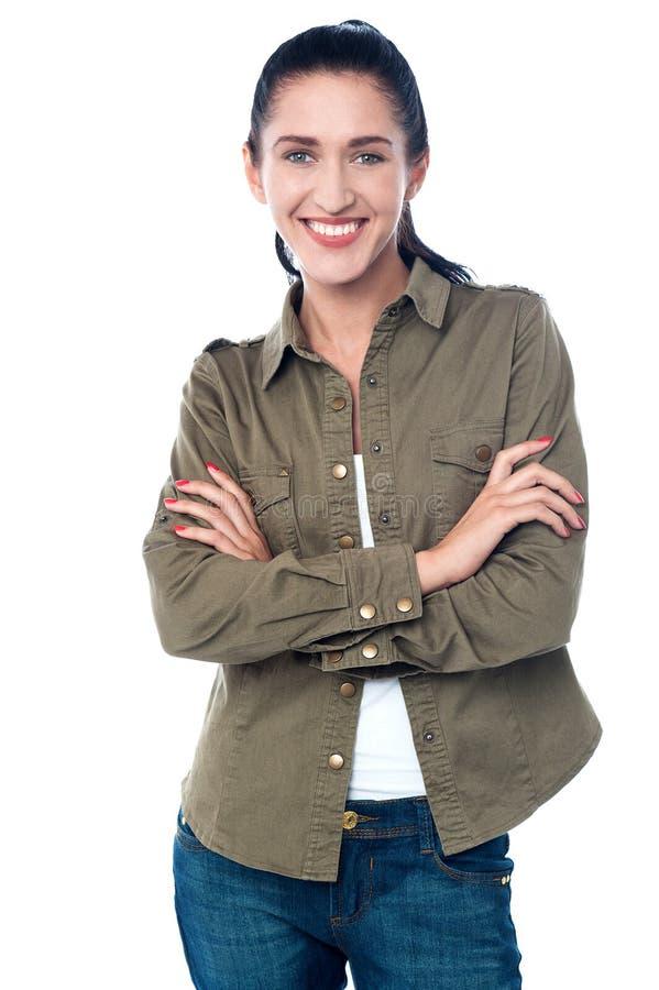 Presentación sonriente de la mujer, aislada sobre un blanco imagen de archivo libre de regalías
