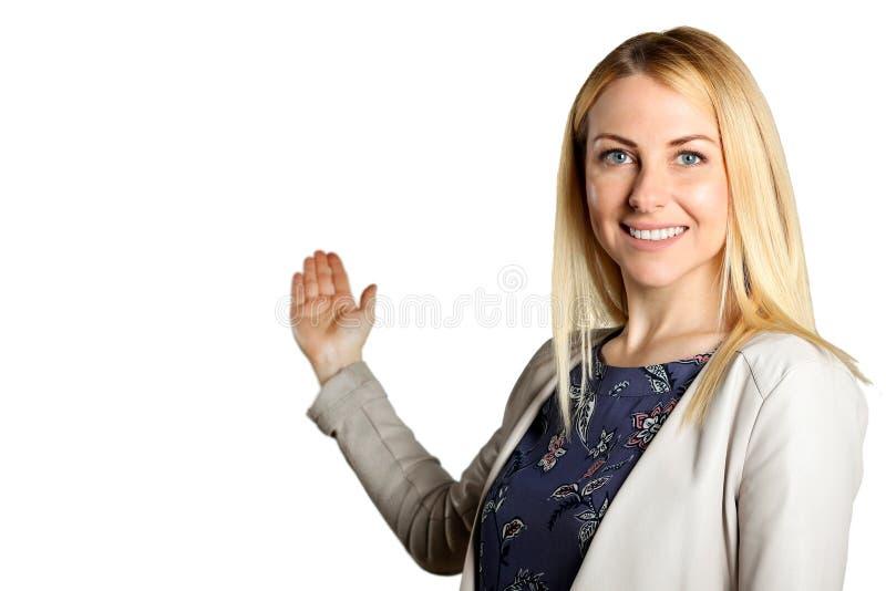 Presentación sonriente de la mujer de negocios Aislado sobre el fondo blanco imagenes de archivo