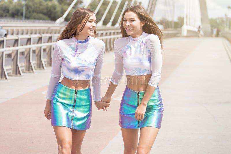 Presentación sonriente de los gemelos al aire libre fotos de archivo