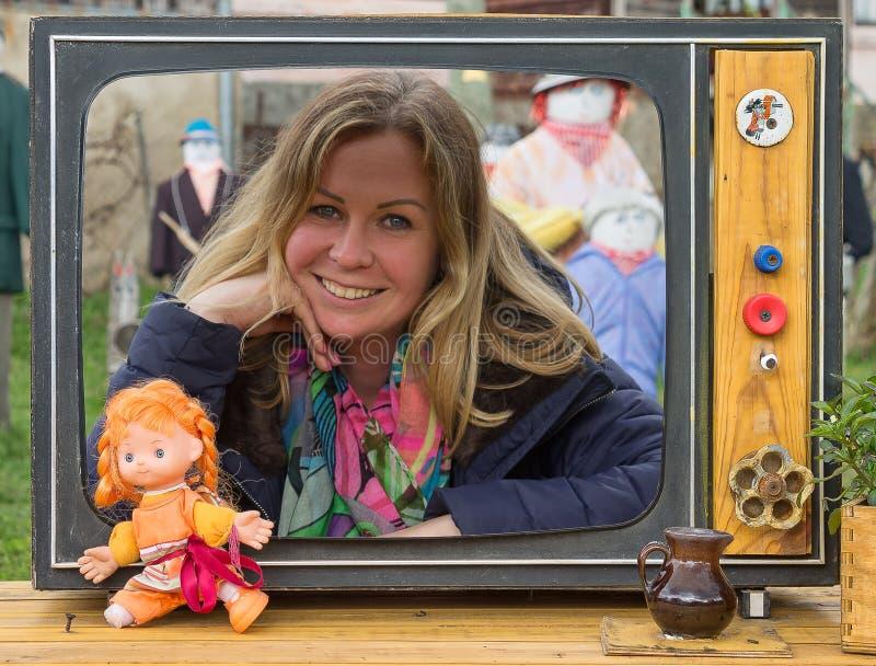 Presentador alegre de la TV fotos de archivo