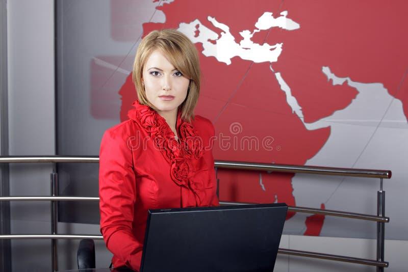 Presentador atractivo de la televisión de las noticias imagenes de archivo