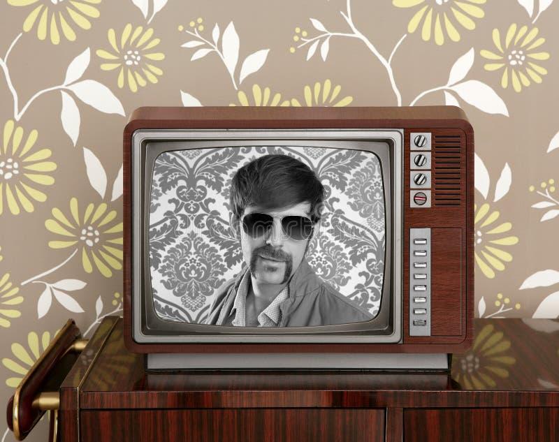 Presentador de madera 60s de la vendimia retra del empollón TV fotos de archivo