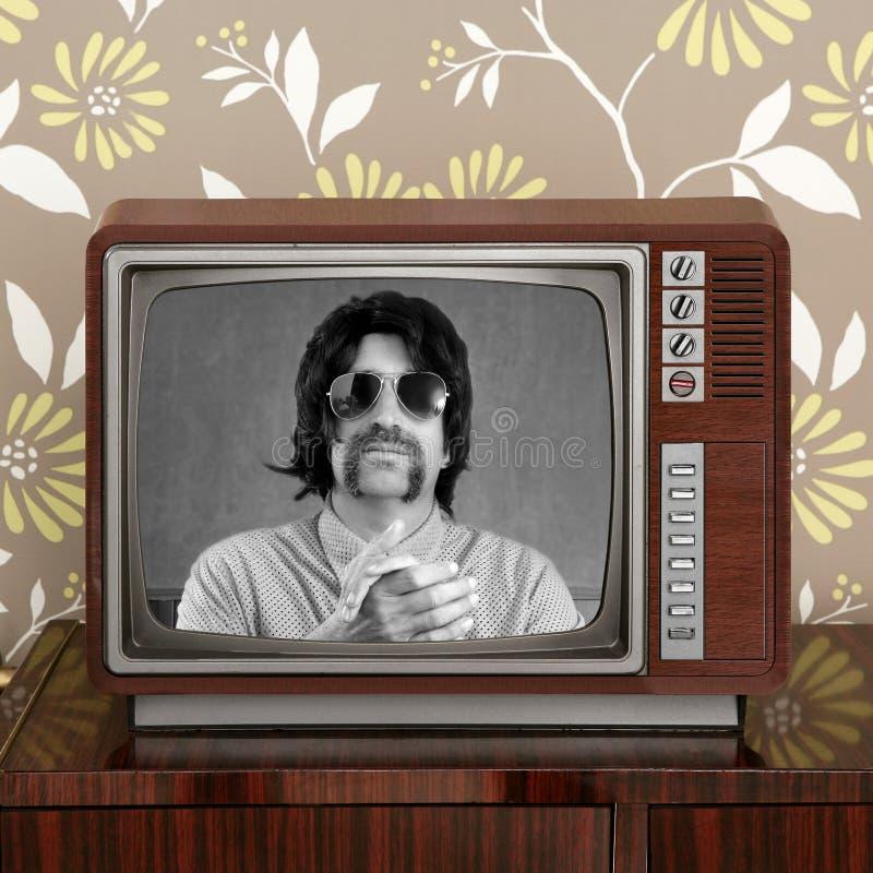 Presentador del bigote TV del friki en la TV retra foto de archivo libre de regalías