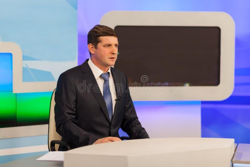 Presentador estrella de sexo masculino en estudio de la TV Difusión viva imagen de archivo libre de regalías
