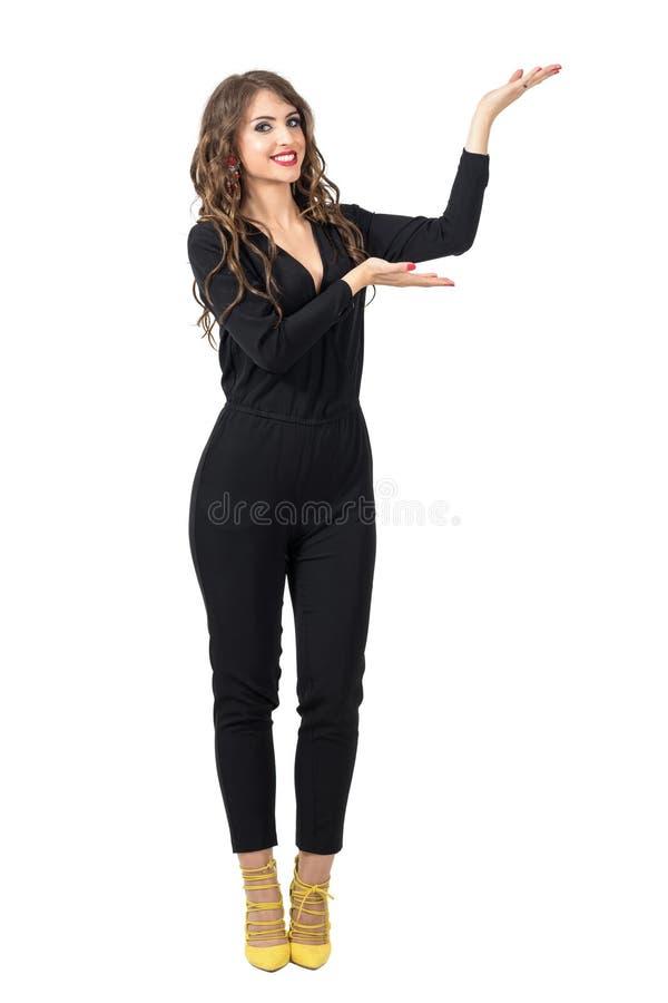 Presentador hermoso del modelo de moda que muestra la mano en copyspace con las palmas abiertas imagenes de archivo