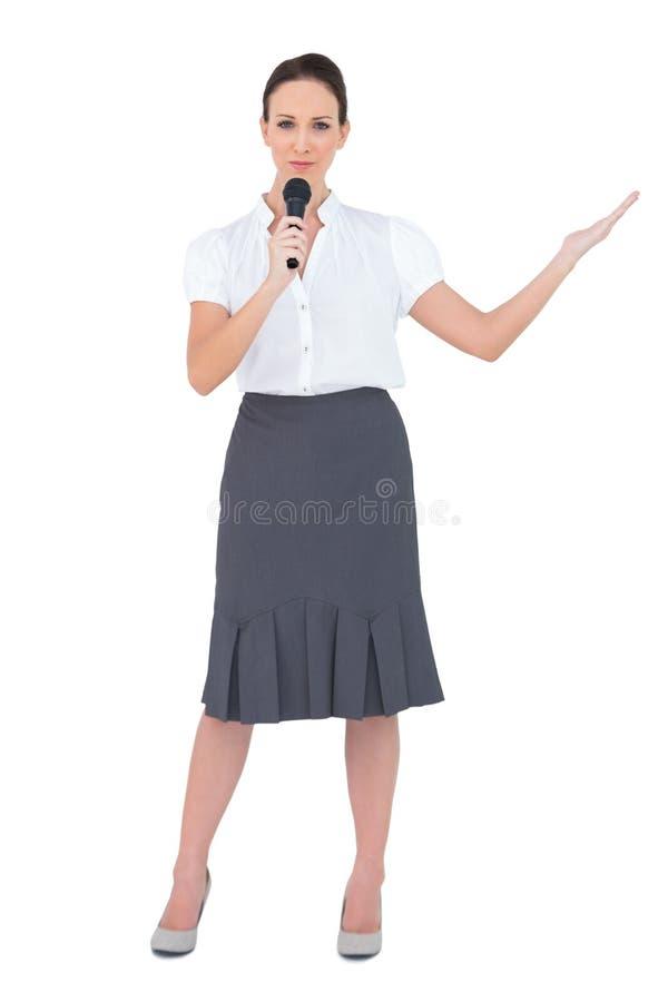 Presentador pacífico que sostiene el micrófono foto de archivo