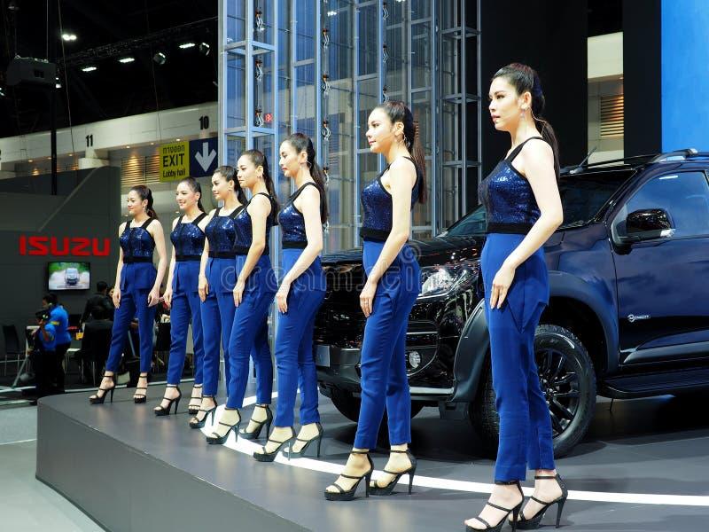 Presentadores femeninos tailandeses jovenes en una expo del motor imagen de archivo