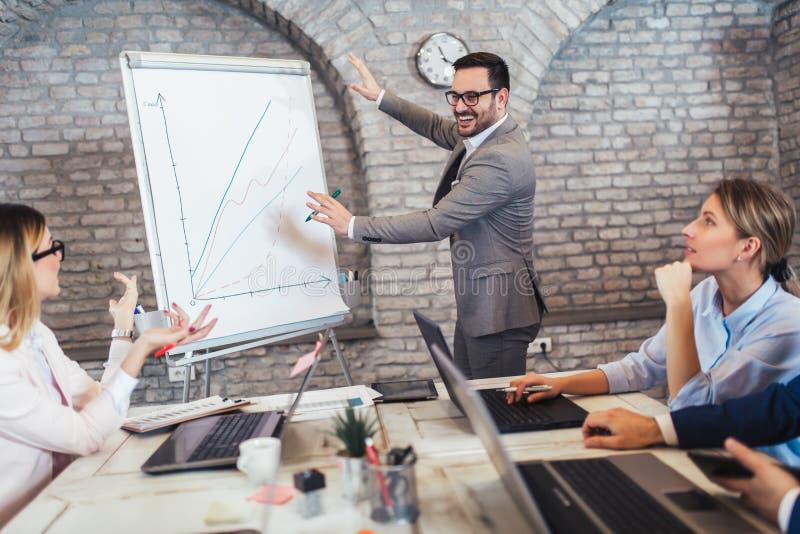 Presentatie door bedrijfsmensen in bureau stock afbeeldingen