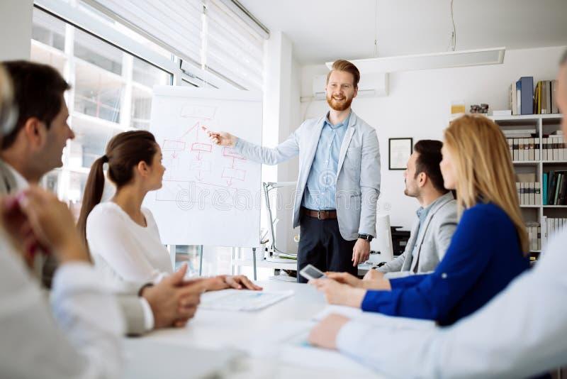 Presentatie en opleiding in bedrijfsbureau stock foto