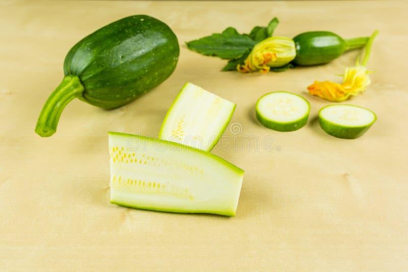 Presentation av den klippta gröna zucchinin för barn arkivfoton
