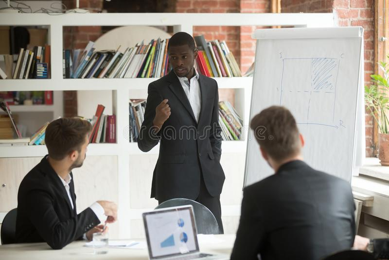 Presentazione afroamericana di elasticità dell'uomo d'affari al lavoro dei partner fotografie stock libere da diritti