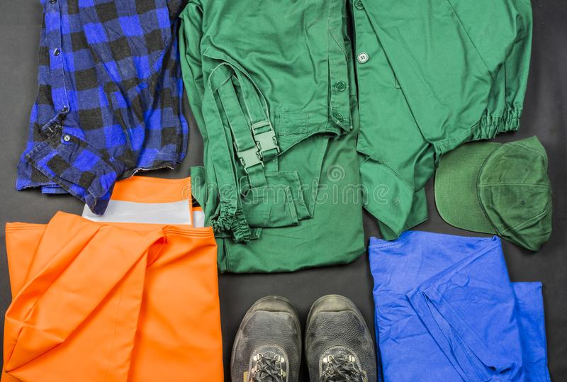 Presentazione dei vestiti da lavoro messi per il lavoro della fabbrica immagine stock