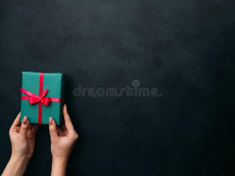 Presentazione del regalo elegante su fondo scuro fotografia stock