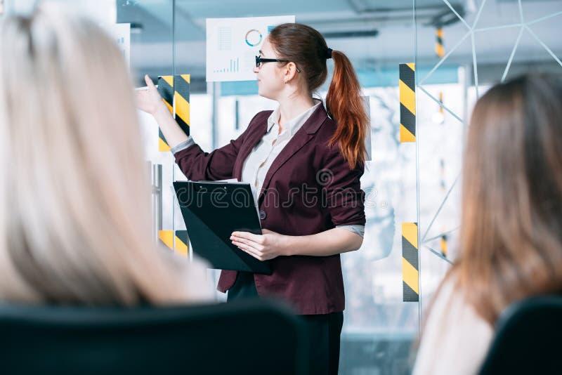 Presentazione dell'altoparlante di analisi del reddito di affari immagini stock